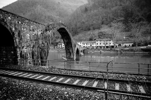 ponte del diavolo e antica ferrovia regionale